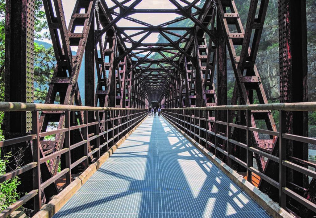 Il Ponte di Ferro a Chiusaforte. Sullo sfondo a destra le rupi su cui sorgeva la fortezza della Chiusa